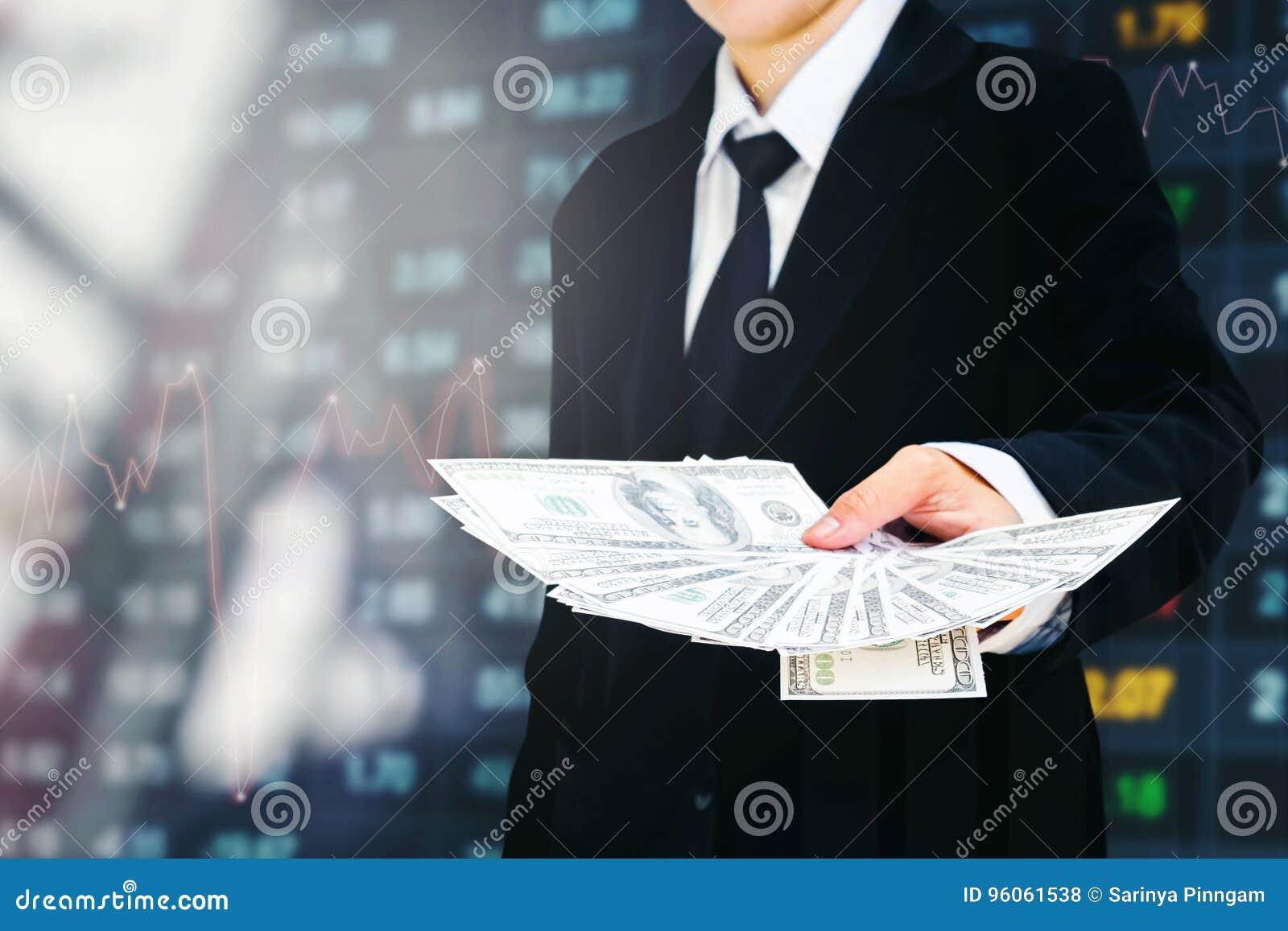 Le dollar US d argent de Holding d homme d affaires affiche l escroquerie financière d affaires