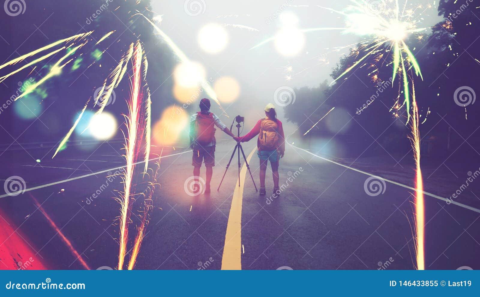 Le donne asiatiche dell amante di natura di viaggio e l uomo asiatico prendono un immagine per sparare i fuochi d artificio in mo