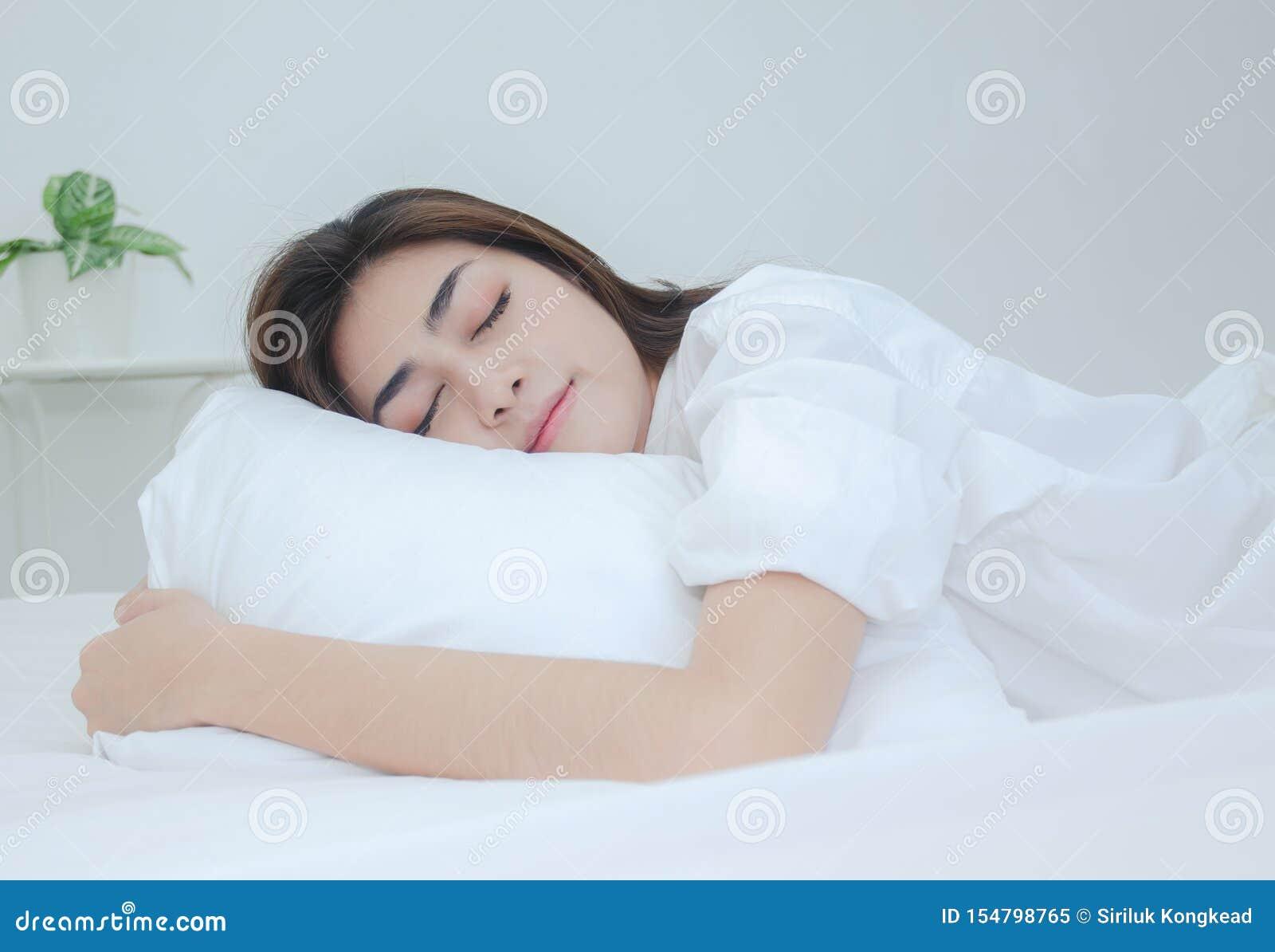 Le donne che portano i pigiami bianchi stanno riposando