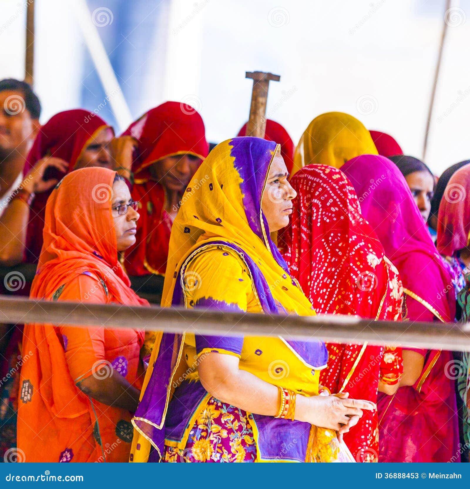 Download Le Donne Indiane Fanno La Coda Su Per L'entrata Al Festival Annuale Di Navrata Fotografia Stock Editoriale - Immagine di ambrato, fortress: 36888453