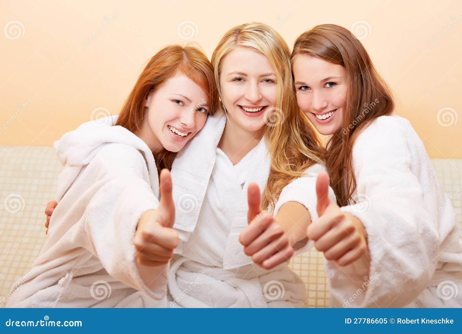 Le donne nella holding del bagno sfoglia in su fotografia - Le donne in bagno ...