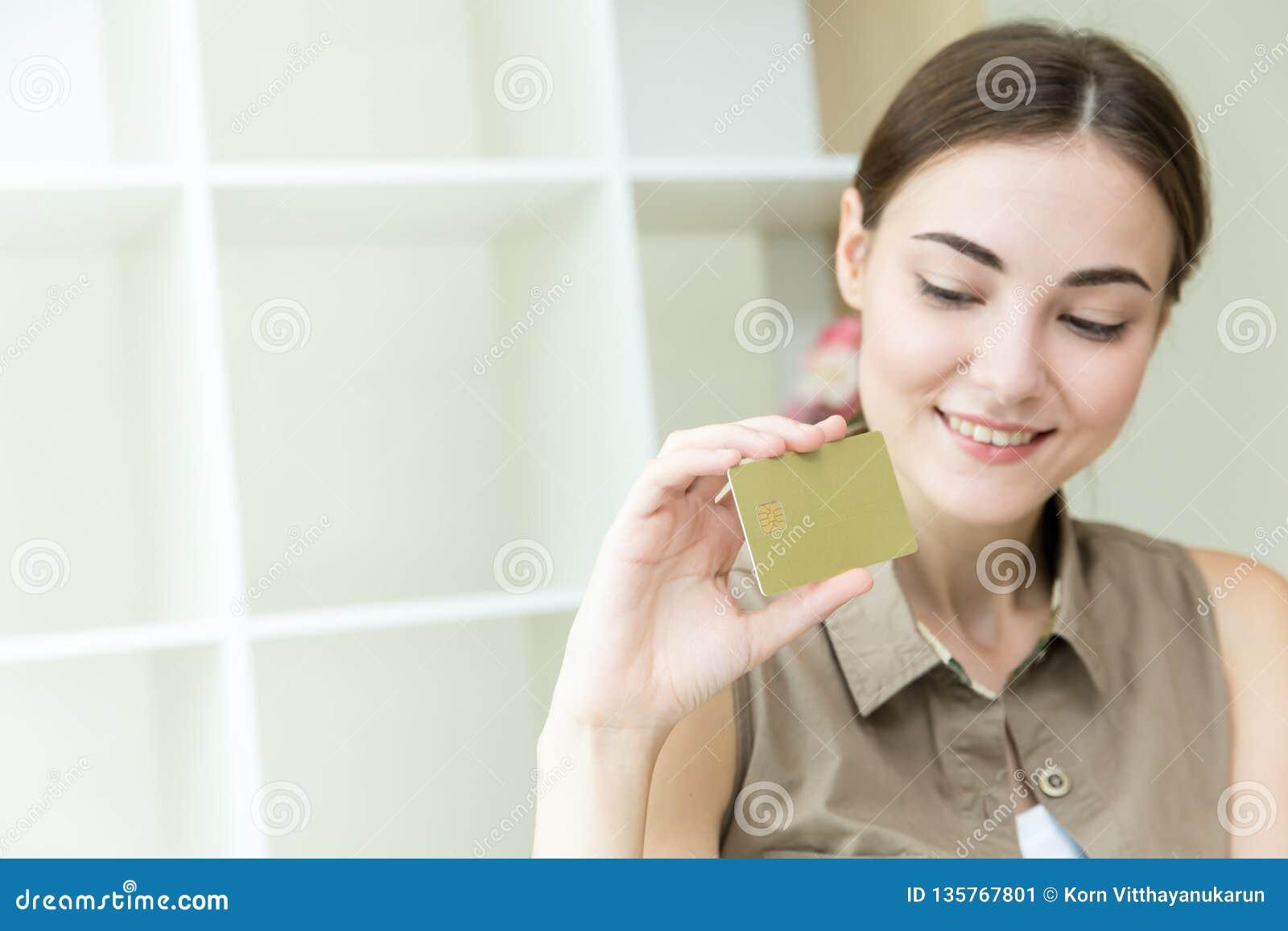 Le donne passano la carta di credito della tenuta per acquisto online