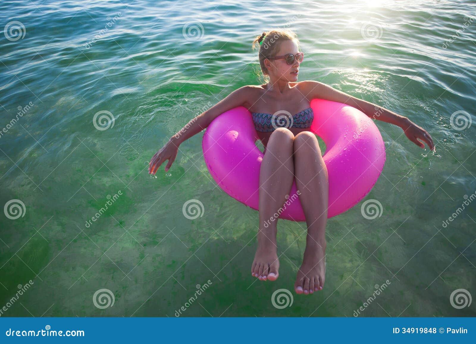 Le donne si rilassano nel galleggiamento