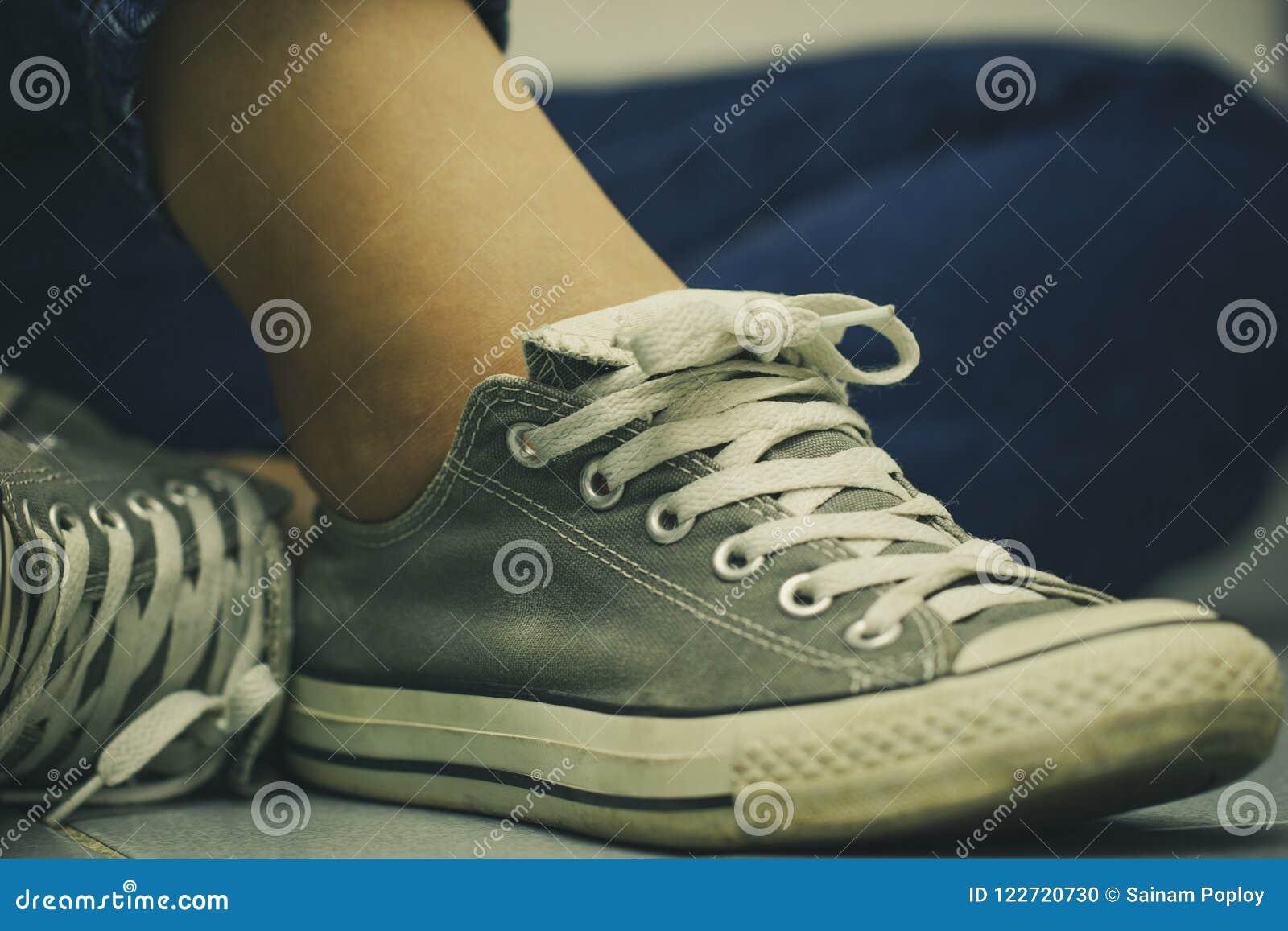 Si Pavimento Scarpe Allacciano Sul Da Le Siedono Donne Tennis E 0m8Nnw