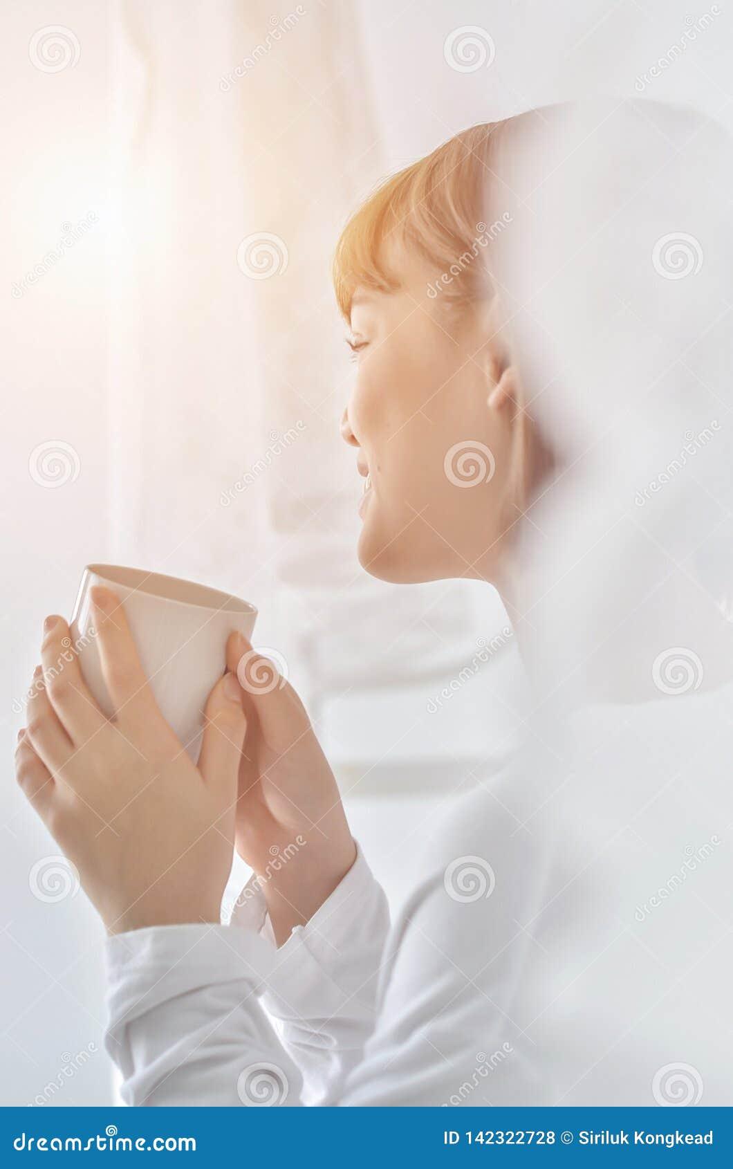 Le donne stanno bevendo il caffè di mattina
