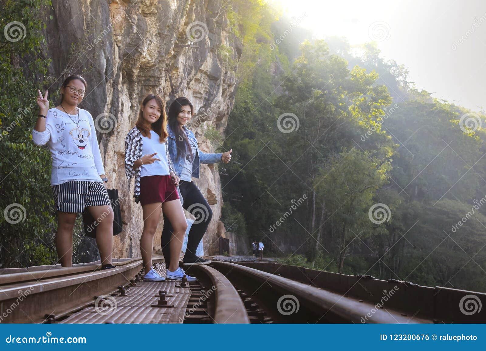 Le donne visitano la guerra mondiale storica ferroviaria di morte 2
