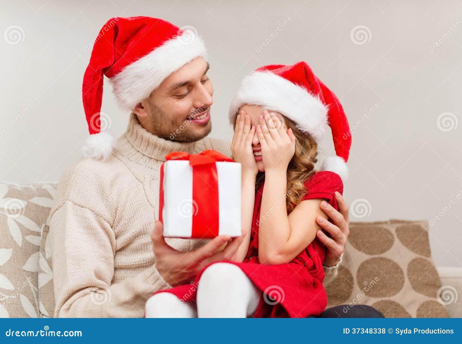 Le dottern som väntar på en gåva från fader
