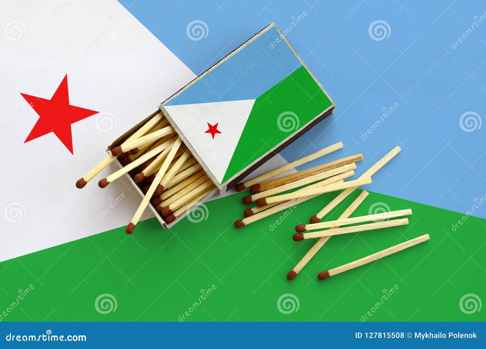 Le drapeau de Djibouti est montré sur une boîte d allumettes ouverte, de laquelle plusieurs matchs tombent et des mensonges sur u