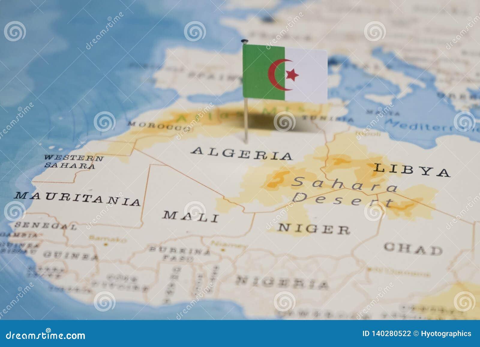 Algerie Carte Du Monde.Le Drapeau De L Algerie Dans La Carte Du Monde Photo Stock
