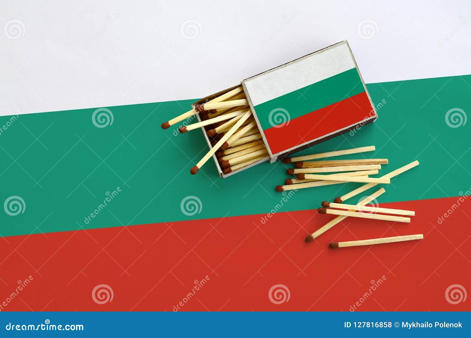 Le drapeau de la Bulgarie est montré sur une boîte d allumettes ouverte, de laquelle plusieurs matchs tombent et des mensonges su