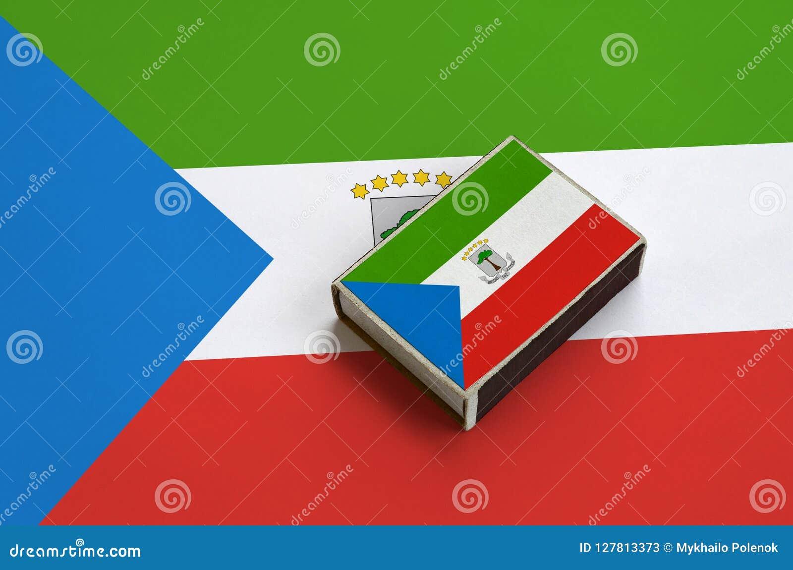 Le drapeau de la Guinée équatoriale est décrit sur une boîte d allumettes qui se trouve sur un grand drapeau