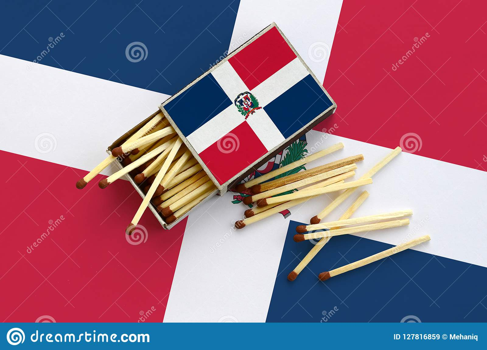 Le drapeau de la République Dominicaine est montré sur une boîte d allumettes ouverte, de laquelle plusieurs matchs tombent et de