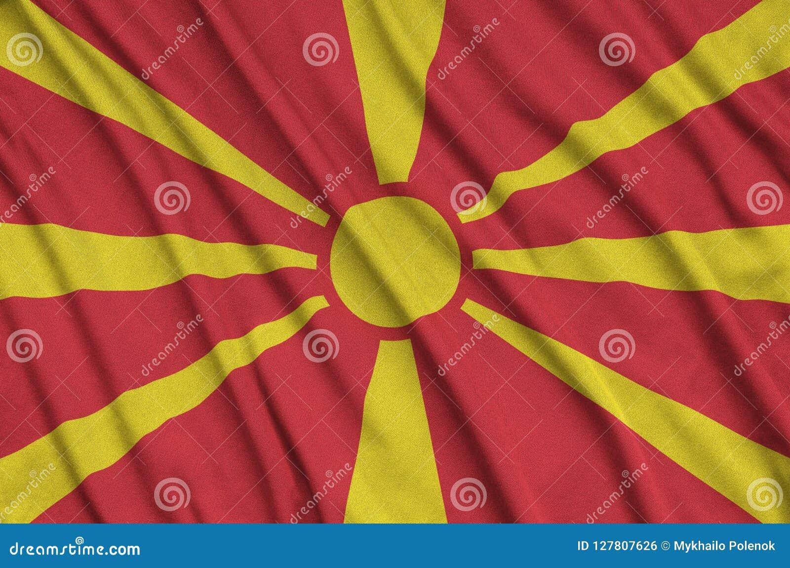 Le drapeau de Macédoine est dépeint sur un tissu de tissu de sports avec beaucoup de plis Bannière d équipe de sport