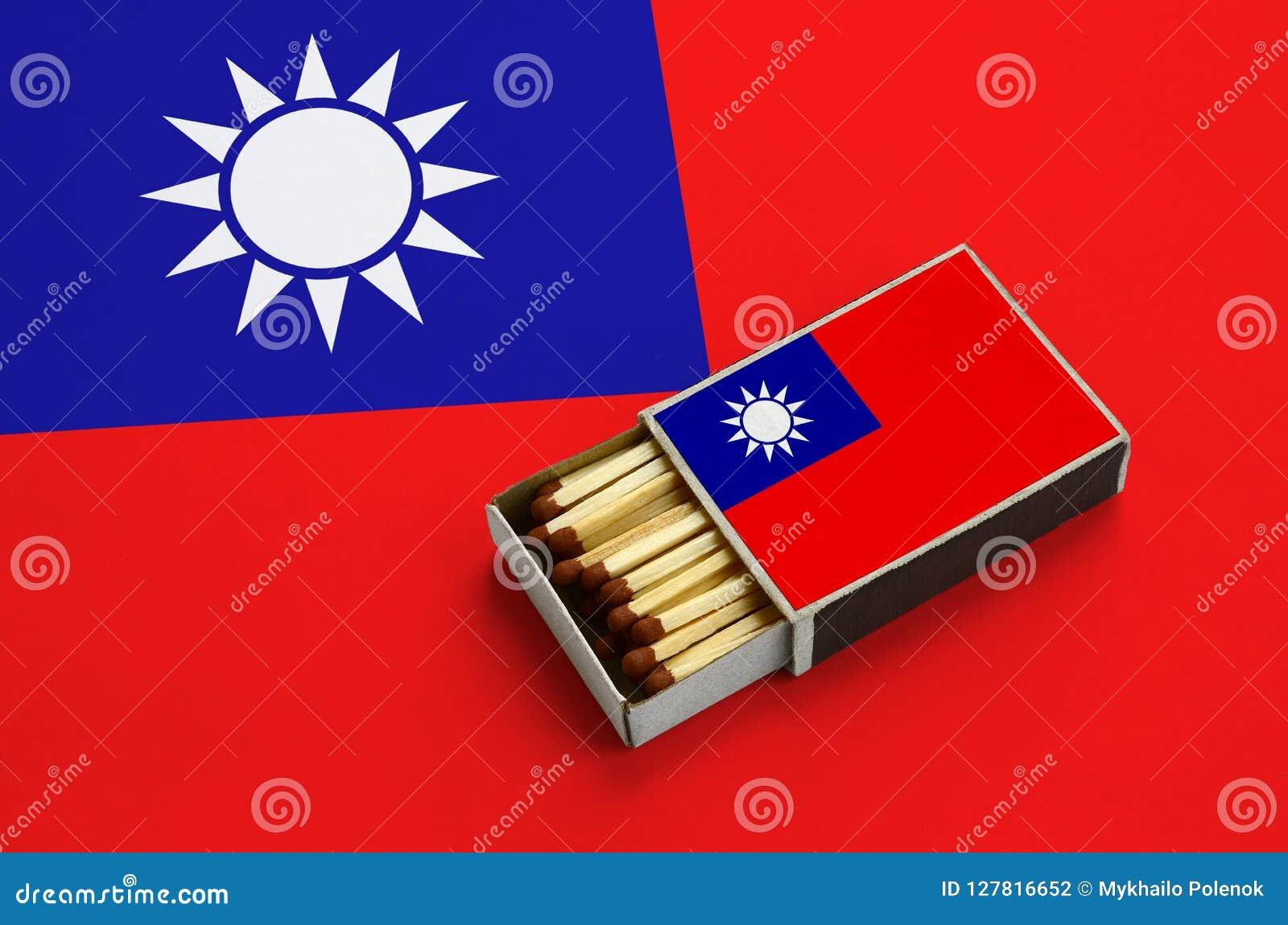 Le drapeau de Taïwan est montré dans une boîte d allumettes ouverte, qui est remplie de matchs et se trouve sur un grand drapeau