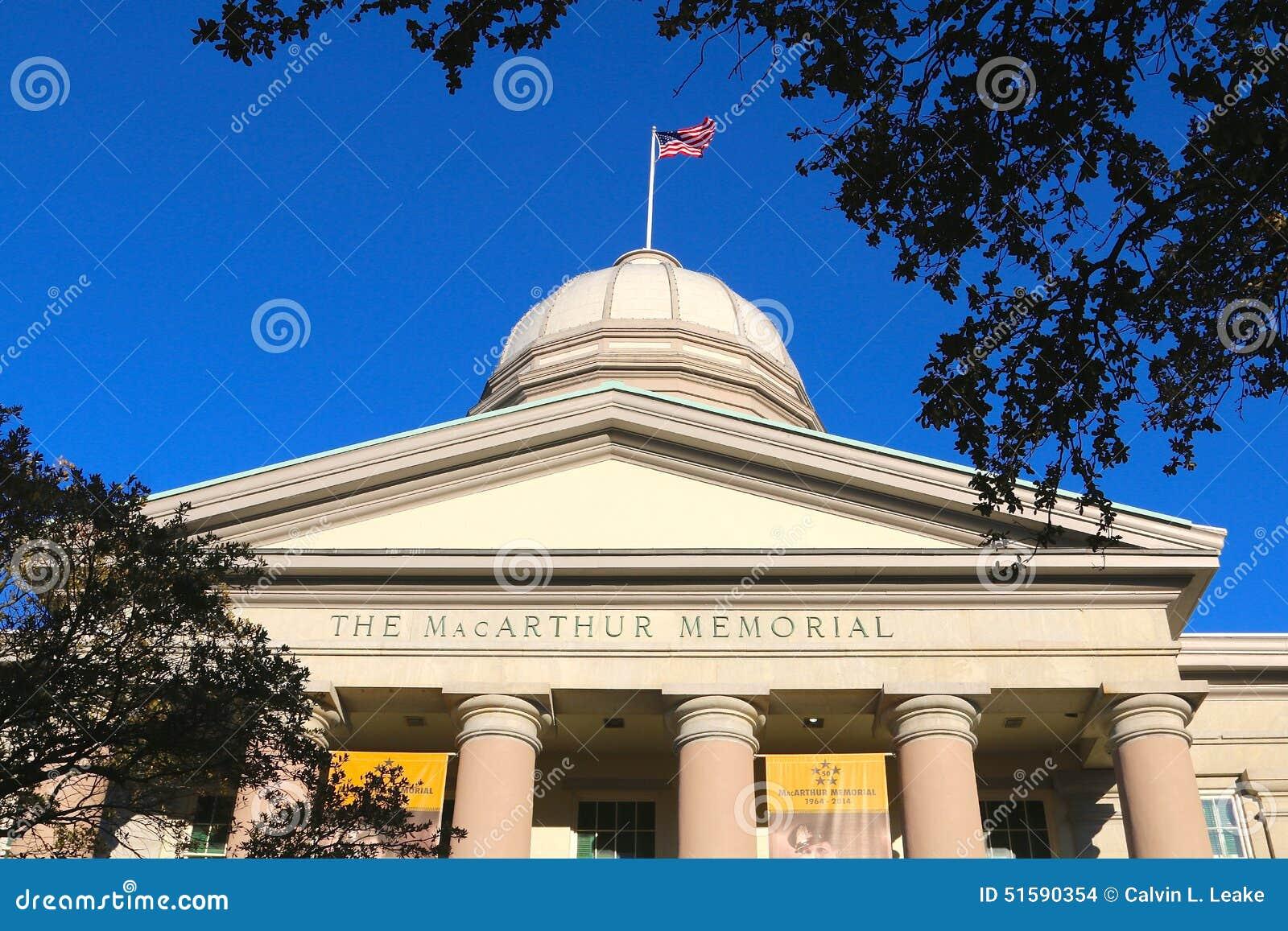 Le drapeau des Etats-Unis ondule placé sur le centre commémoratif de musée de MacArthur en Norfolk, la Virginie