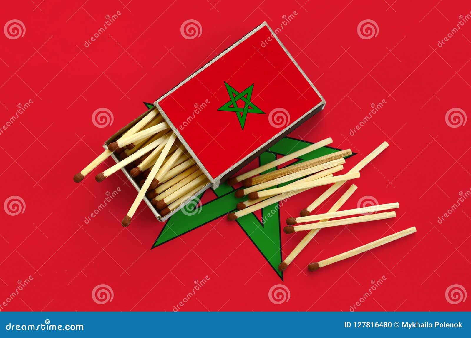 Le drapeau du Maroc est montré sur une boîte d allumettes ouverte, de laquelle plusieurs matchs tombent et des mensonges sur un g