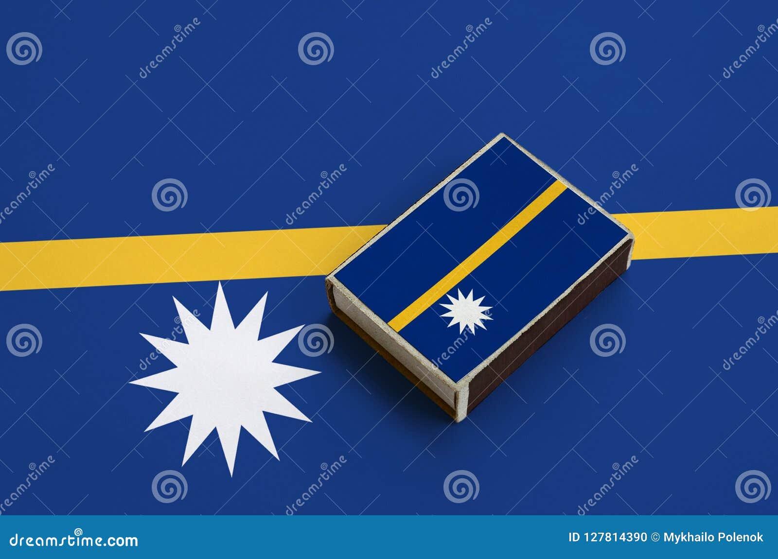 Le drapeau du Nauru est décrit sur une boîte d allumettes qui se trouve sur un grand drapeau