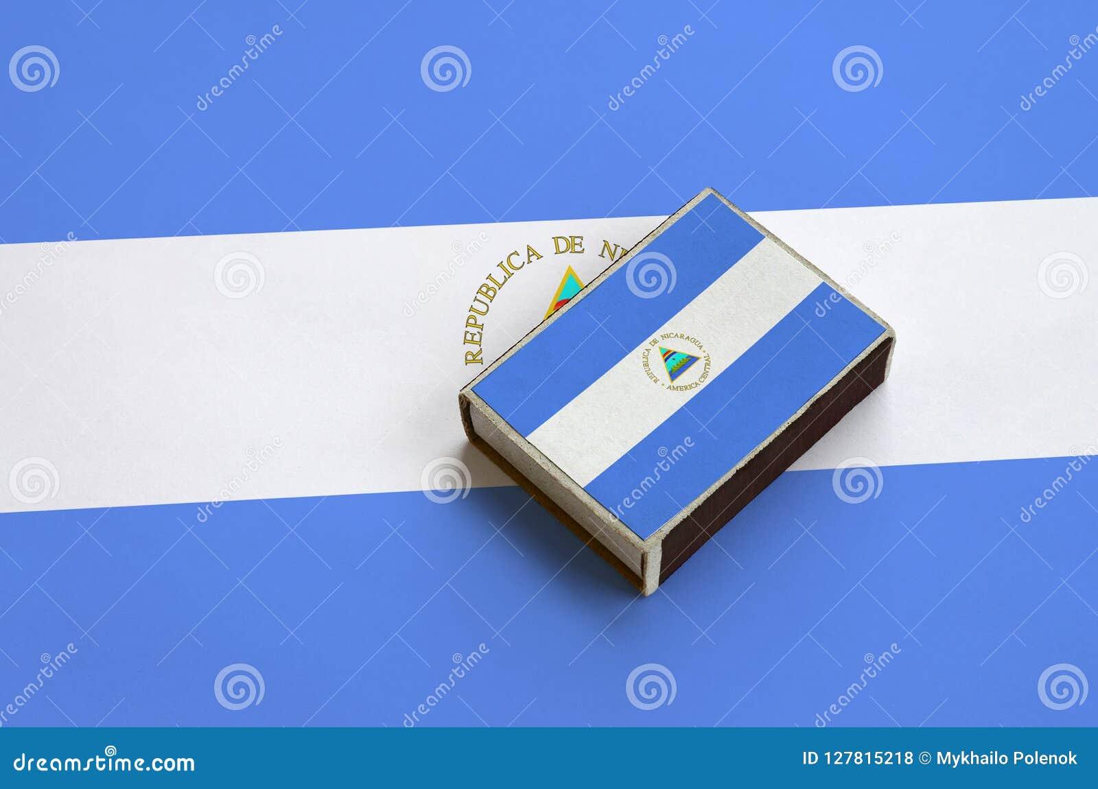 Le drapeau du Nicaragua est décrit sur une boîte d allumettes qui se trouve sur un grand drapeau