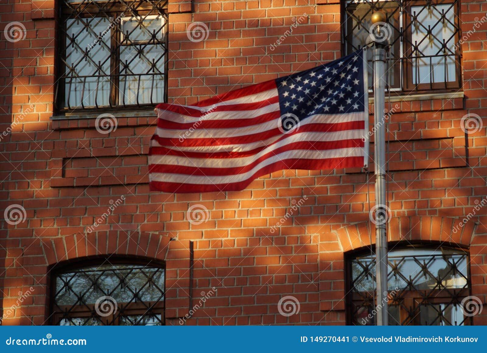 Le drapeau est en harmonie avec les éléments de la façade