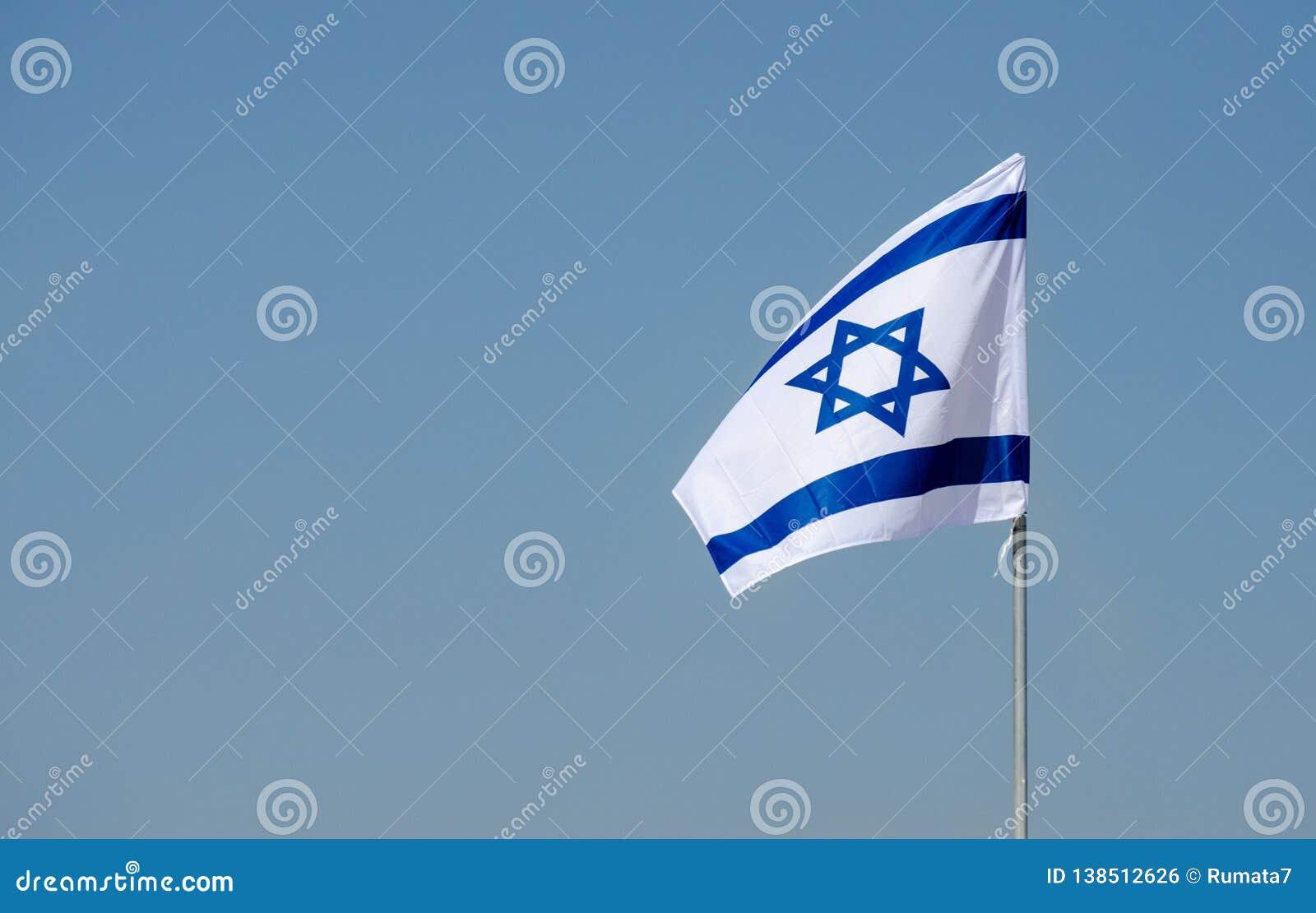 Le drapeau israélien en ciel bleu au Jour de la Déclaration d Indépendance israélien