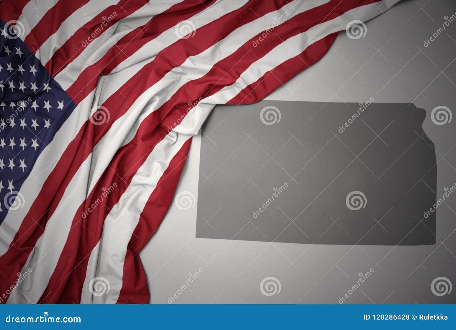 Le drapeau national de ondulation des Etats-Unis d Amérique sur un Kansas gris énoncent le fond de carte