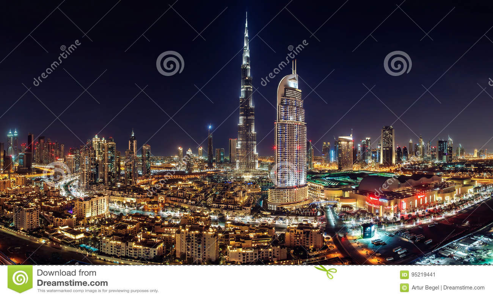 Le DUBAÏ DU CENTRE - 3 juin 2014 - un mail de Dubaï de vue d horizon, fontaine de Dubaï et le gratte-ciel le plus grand dans