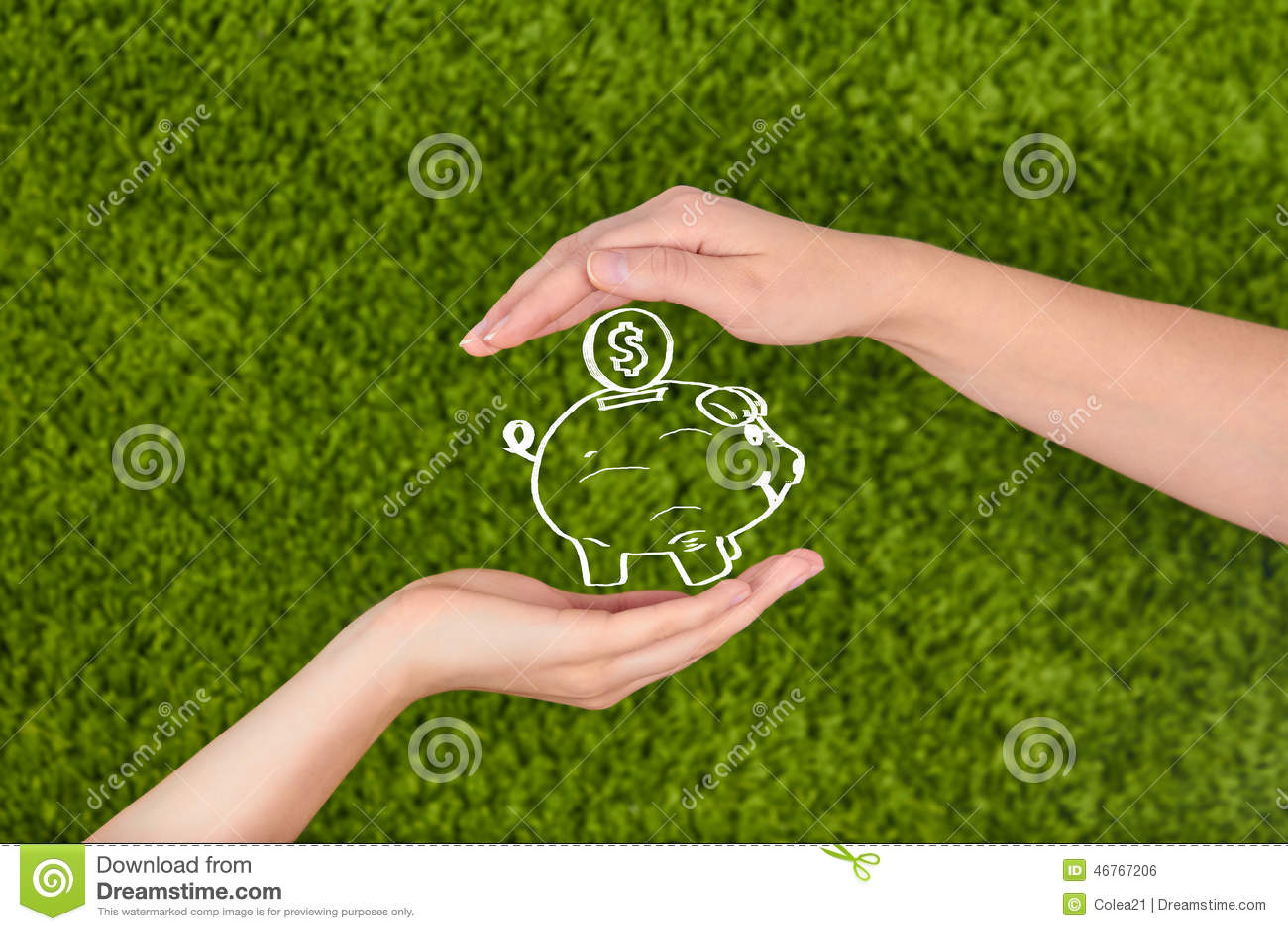 Le due mani aperte della donna che fanno una protezione gesture tenendo un porcellino salvadanaio
