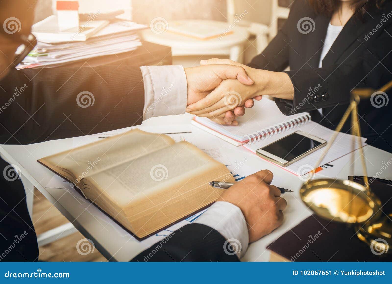 Le dur labeur d un avocat asiatique dans un avocat