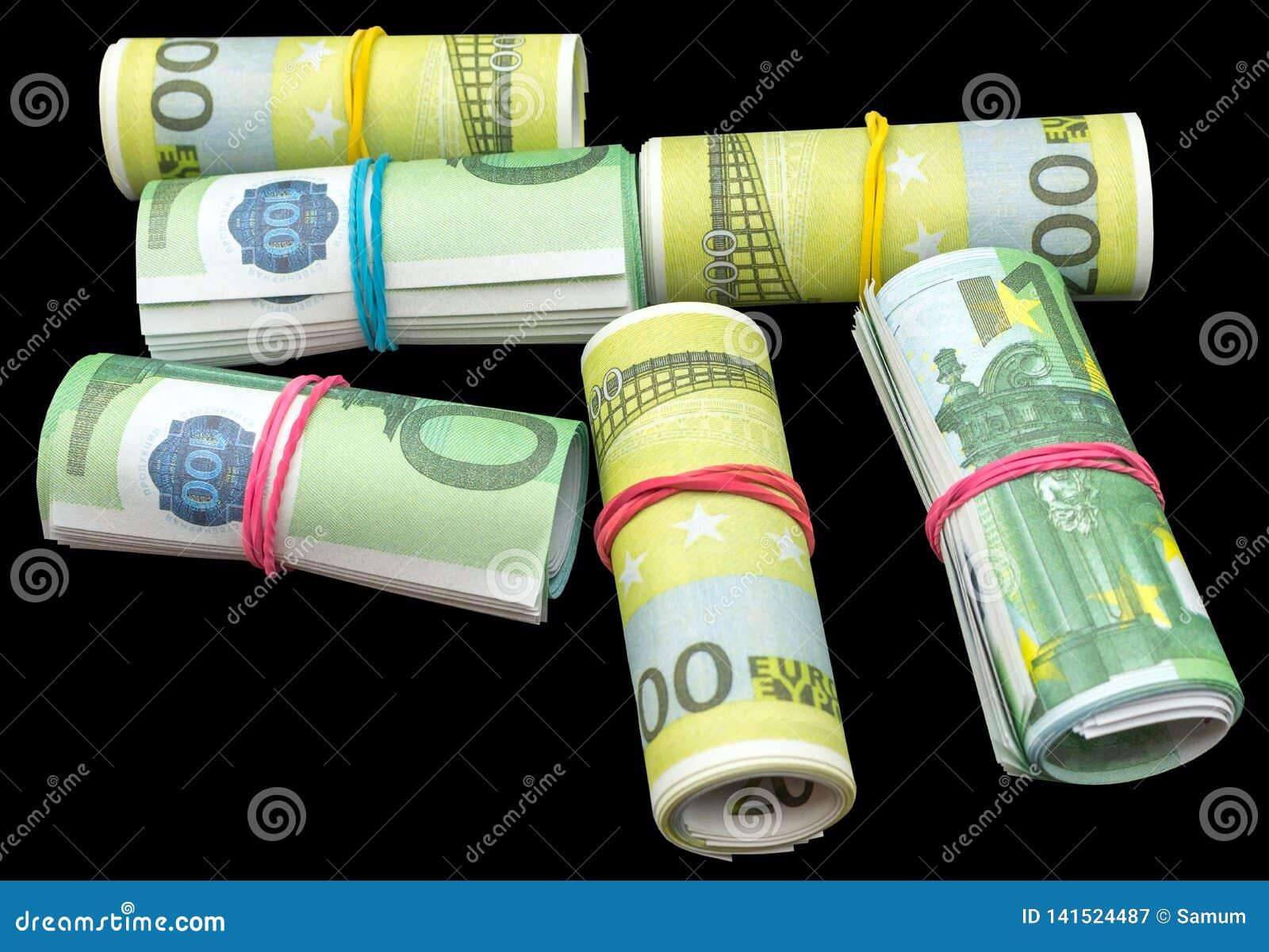 Le euro banconote dei soldi rotolano sul nero