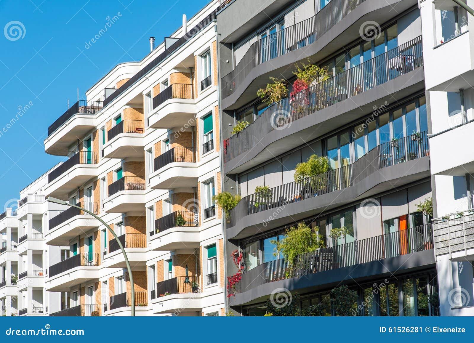 Le facciate di alcune case moderne immagine stock for Immagini facciate case