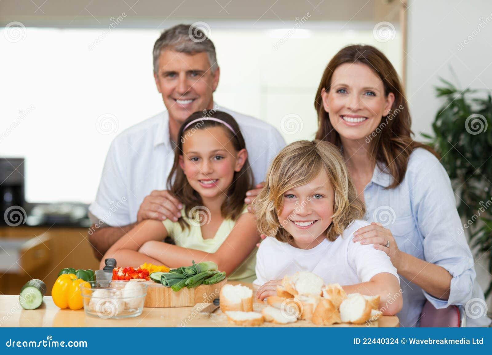 Le familj som gör smörgåsar