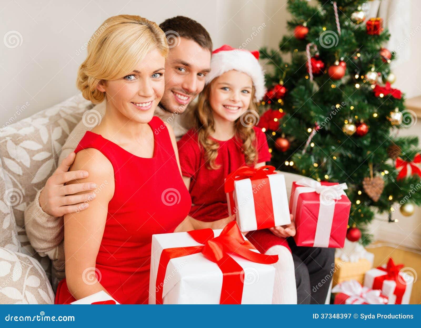 Le familjen som rymmer många gåvaaskar