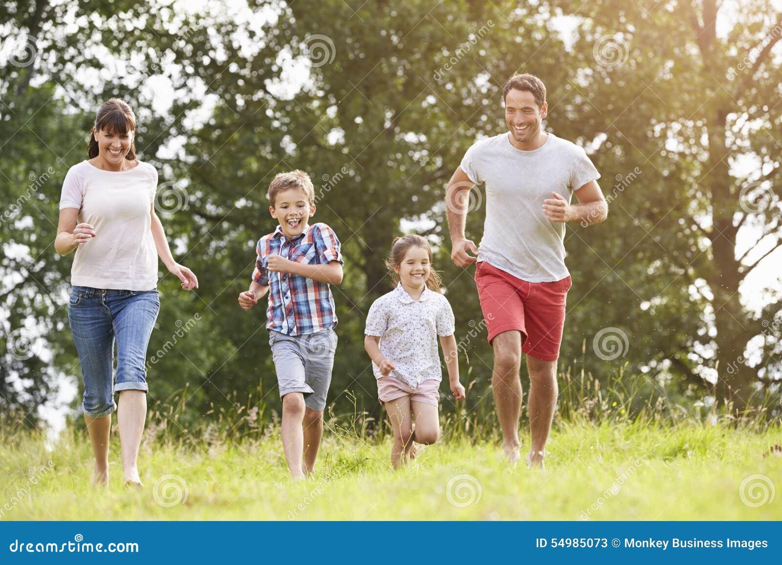 Le familjen som tillsammans stöter ihop med sommarfältet