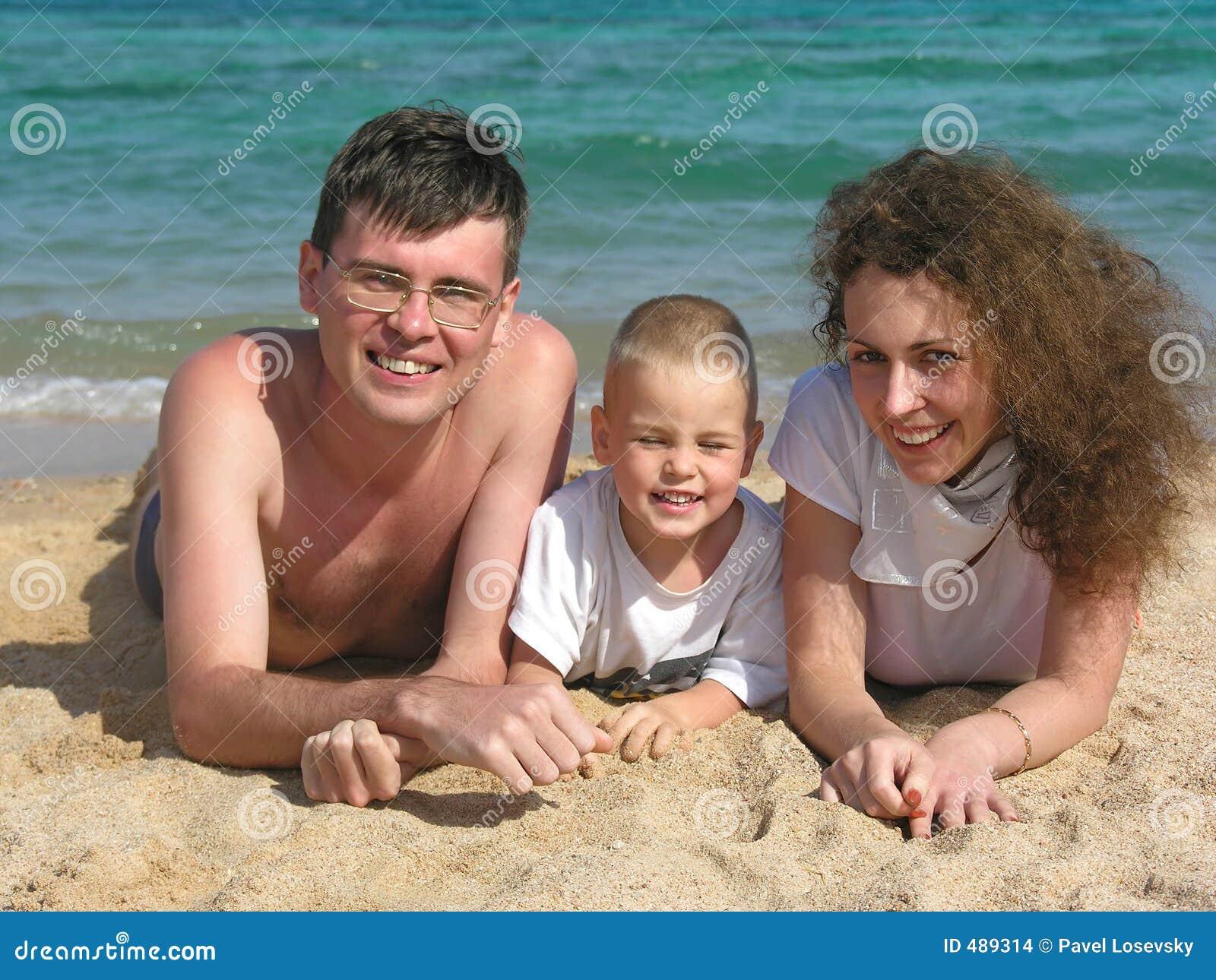Le famille se trouve sur la plage 2