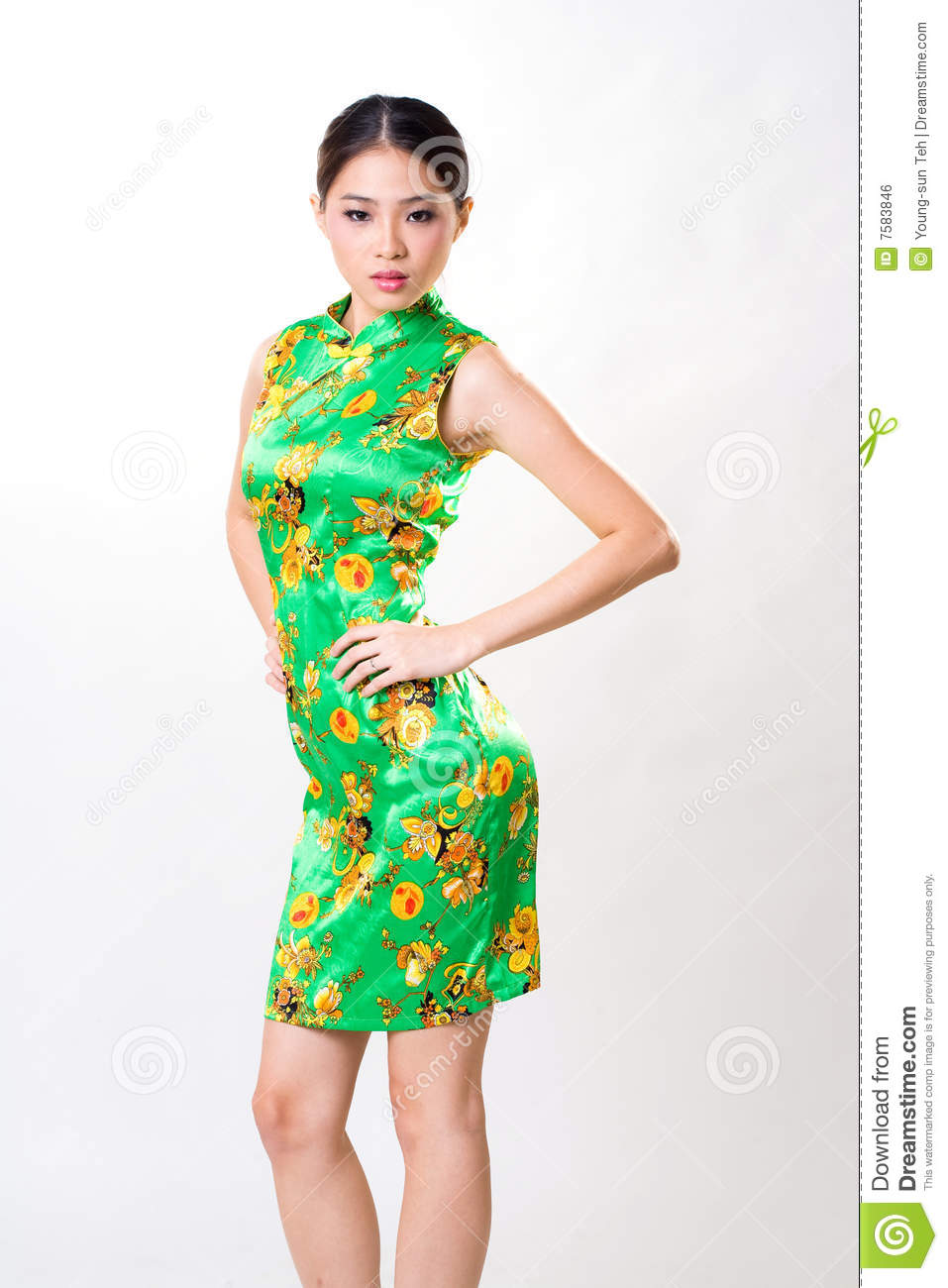 Le femme asiatique porte la robe traditionnelle chinoise photo stock image du oriental - Porte asiatique ...