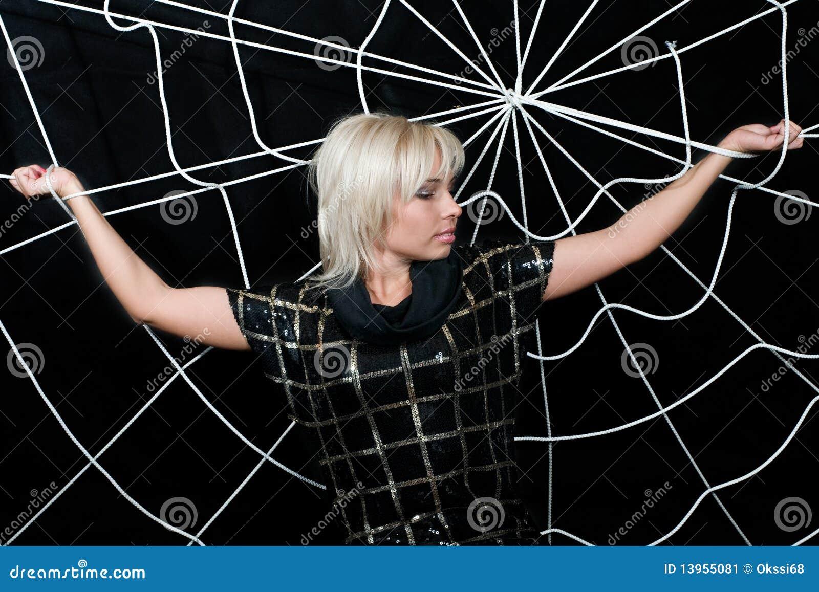 Le femme a attrapé dans le Web.