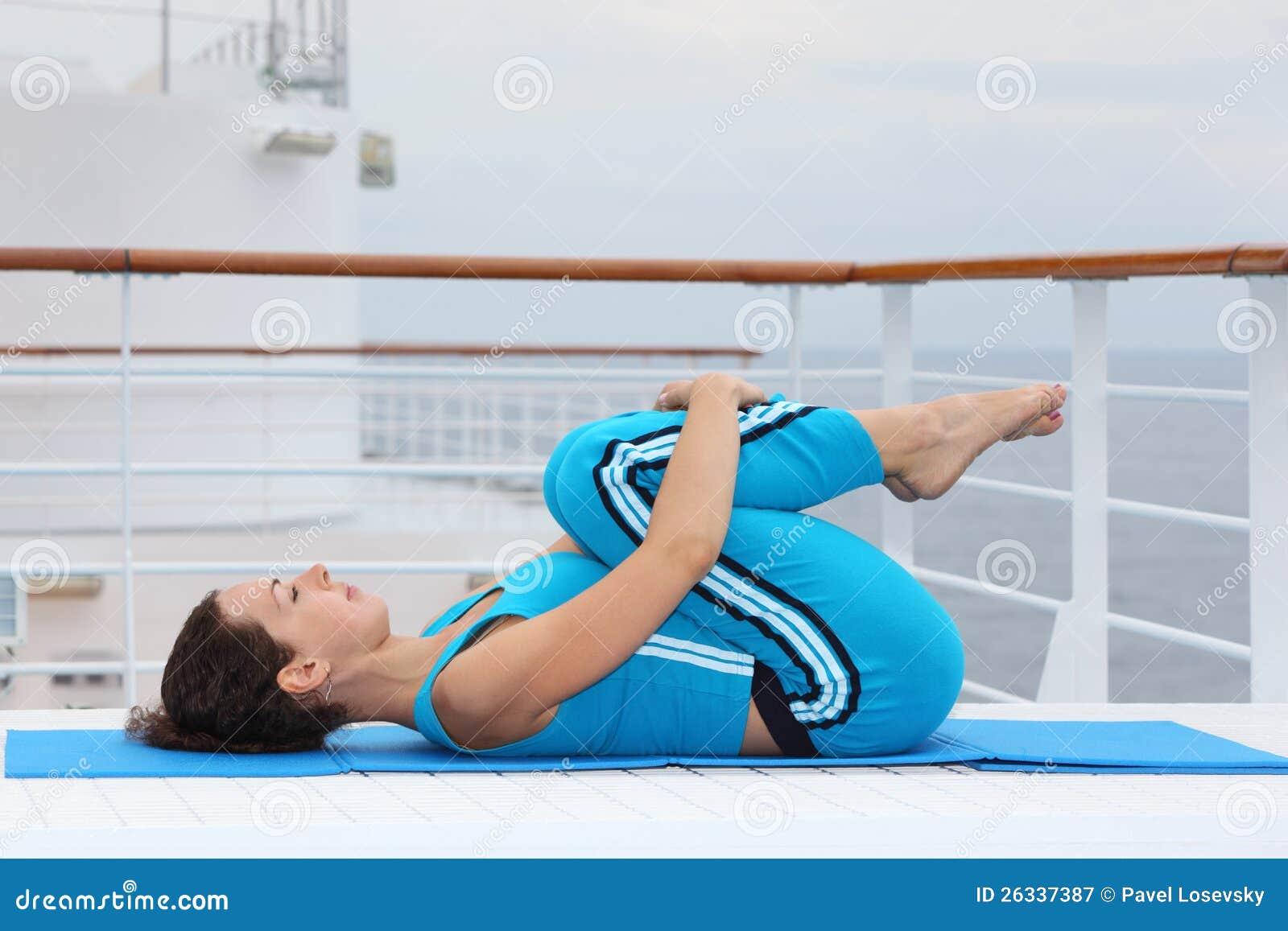 Le femme se trouve sur le paquet de doublure de vitesse normale et s exerce