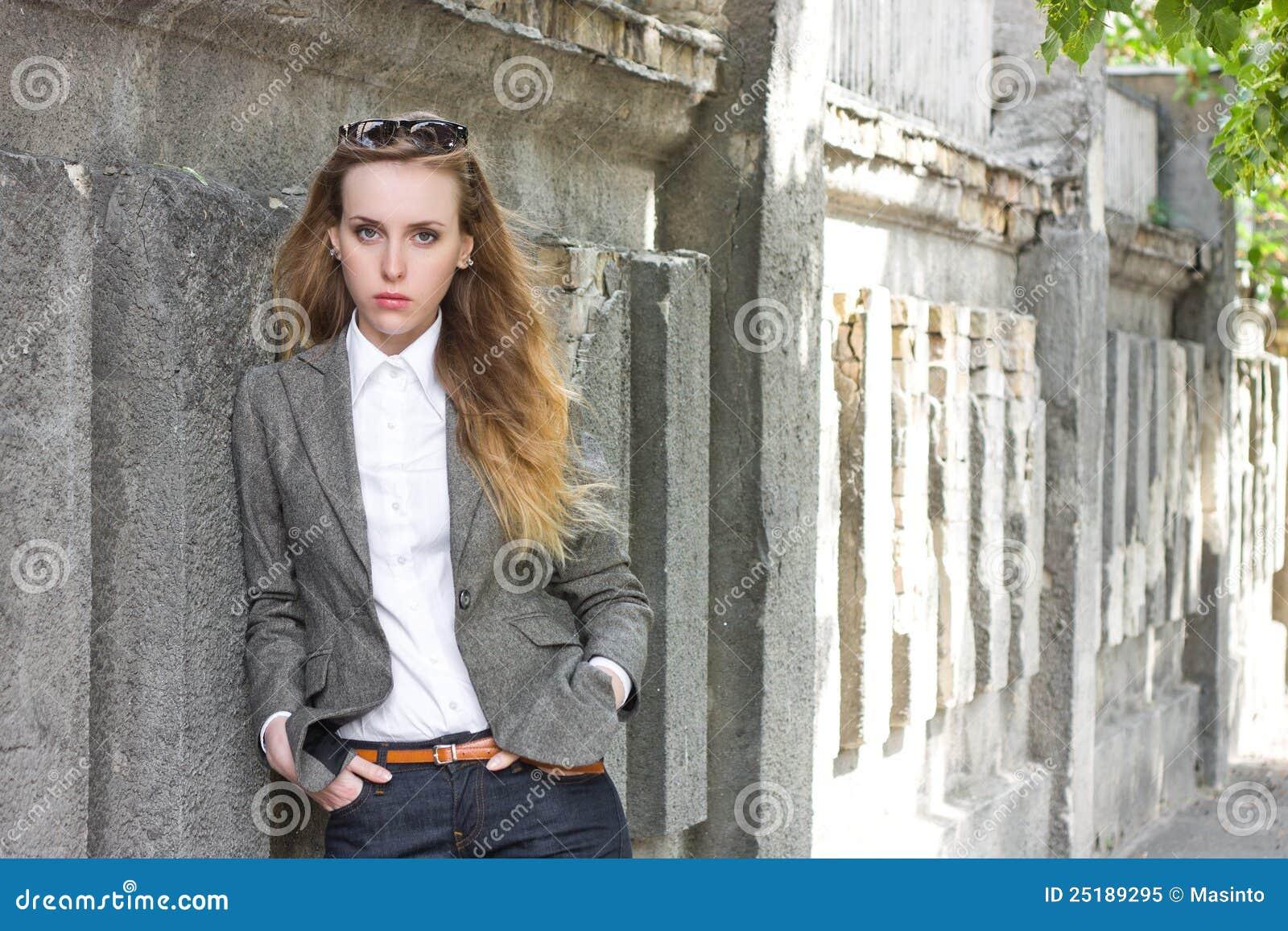 Le femme triste reste près du mur