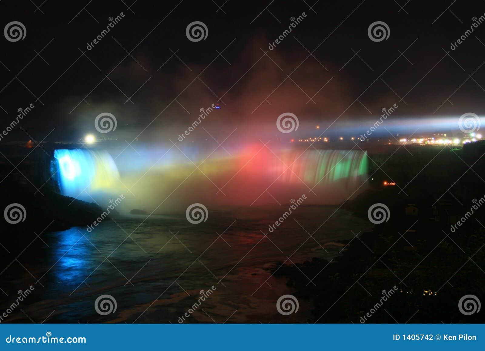 Le fer à cheval de Niagara tombe des automnes la nuit
