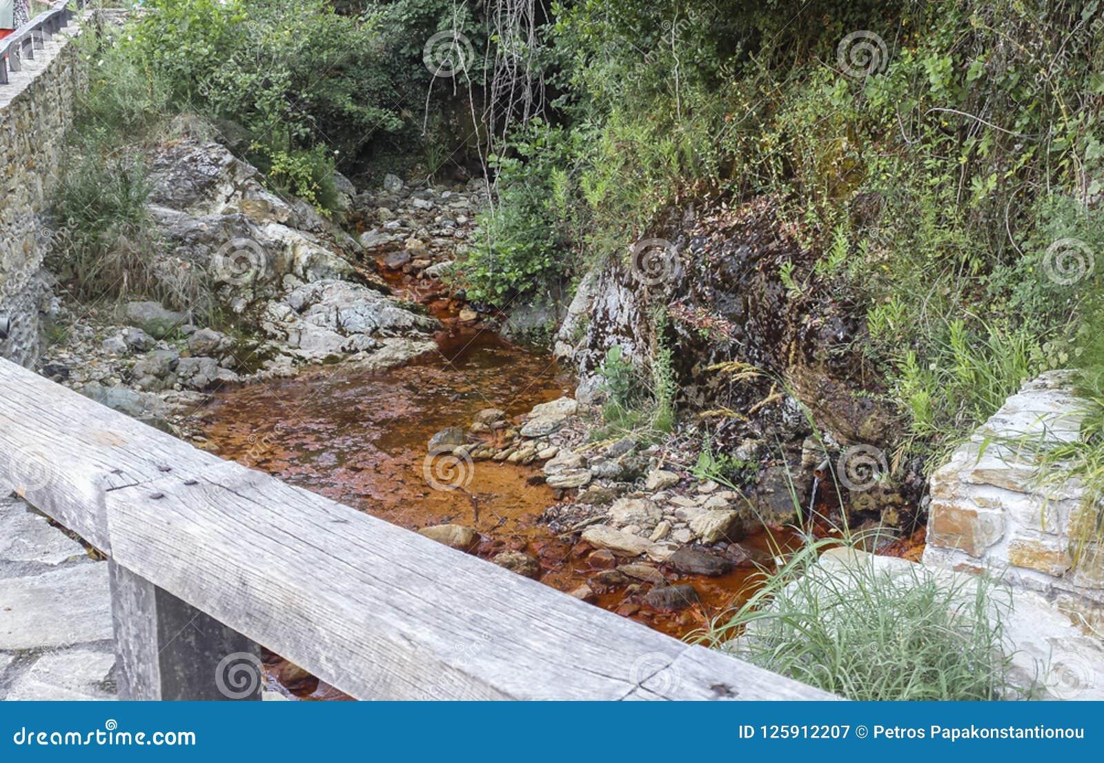 Le fer rouge a rempli eau naturelle de montagne formant une rivière