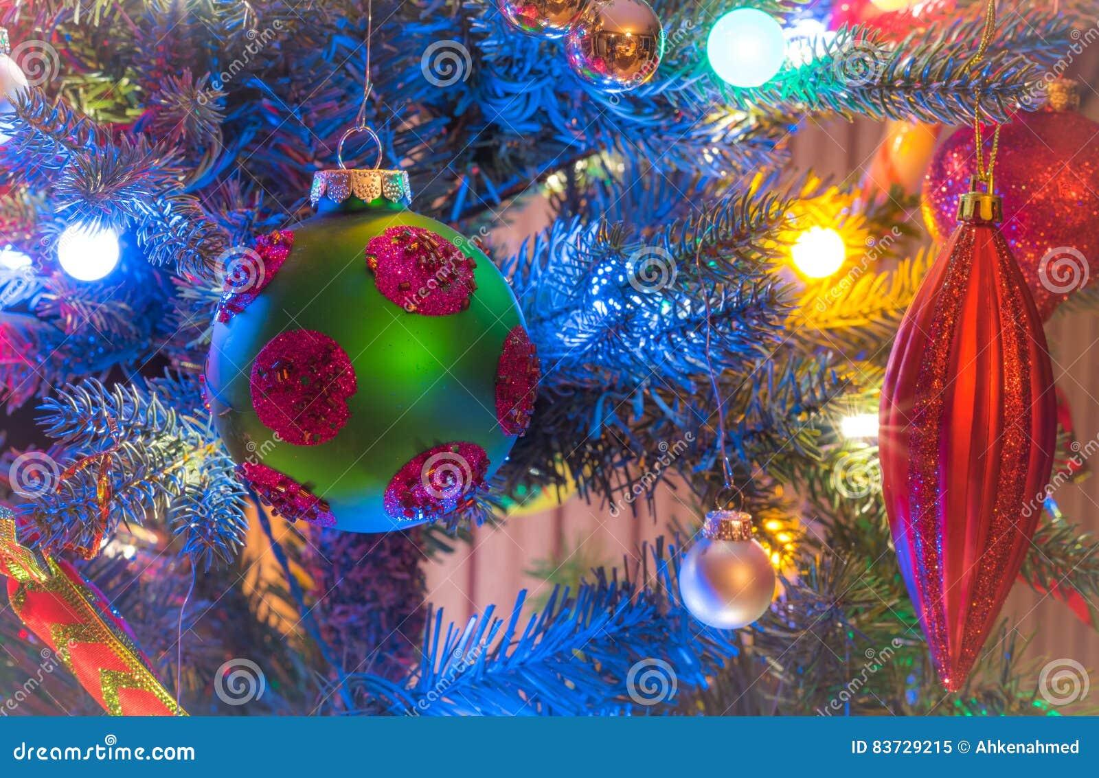Decorazioni Luminose Per Interni : Le ferie decorazioni dell albero di natale emettono luce nell