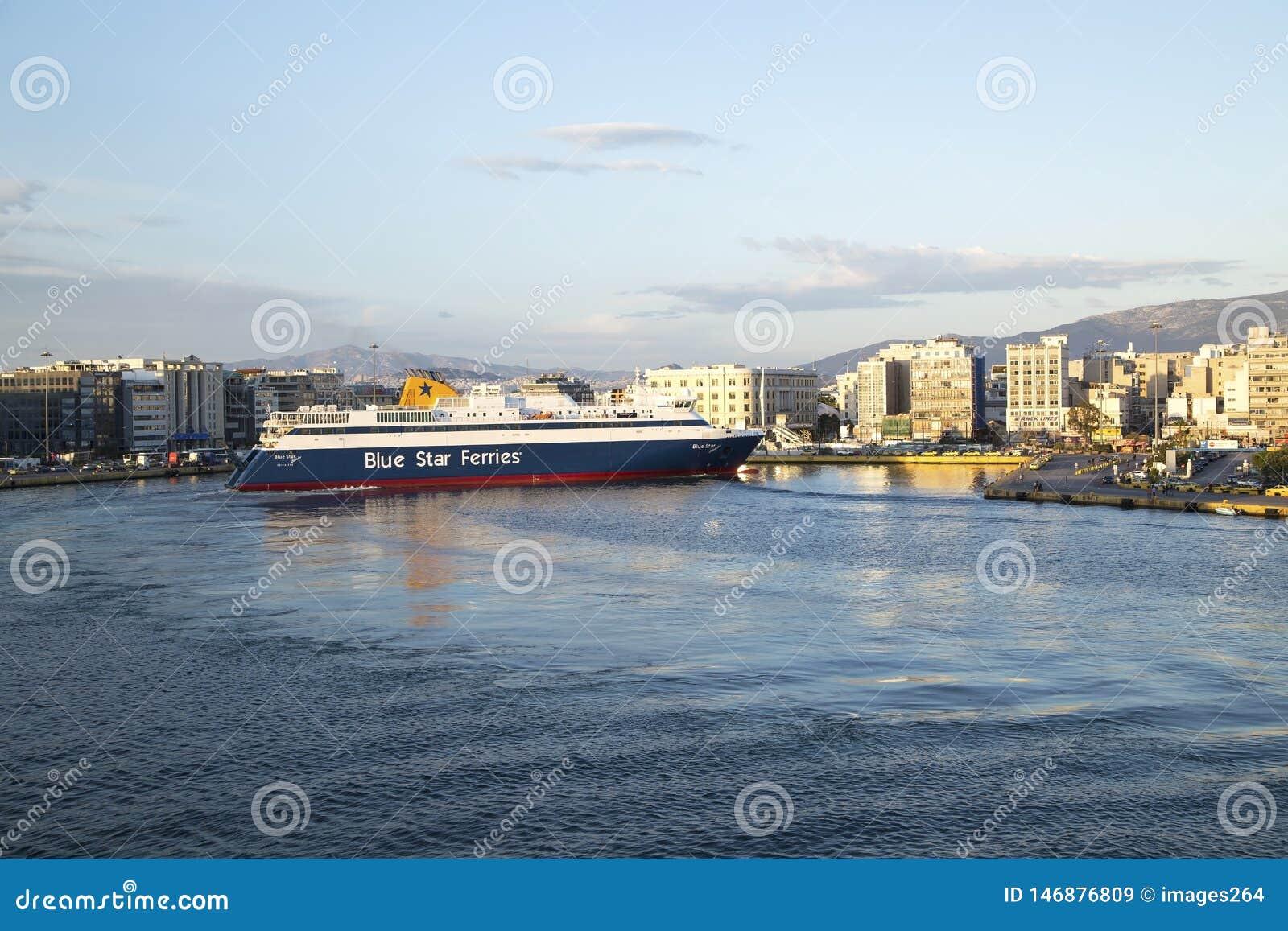Le ferry arrive dans le port de Le Pir?e, Ath?nes, Gr?ce - mai 2014