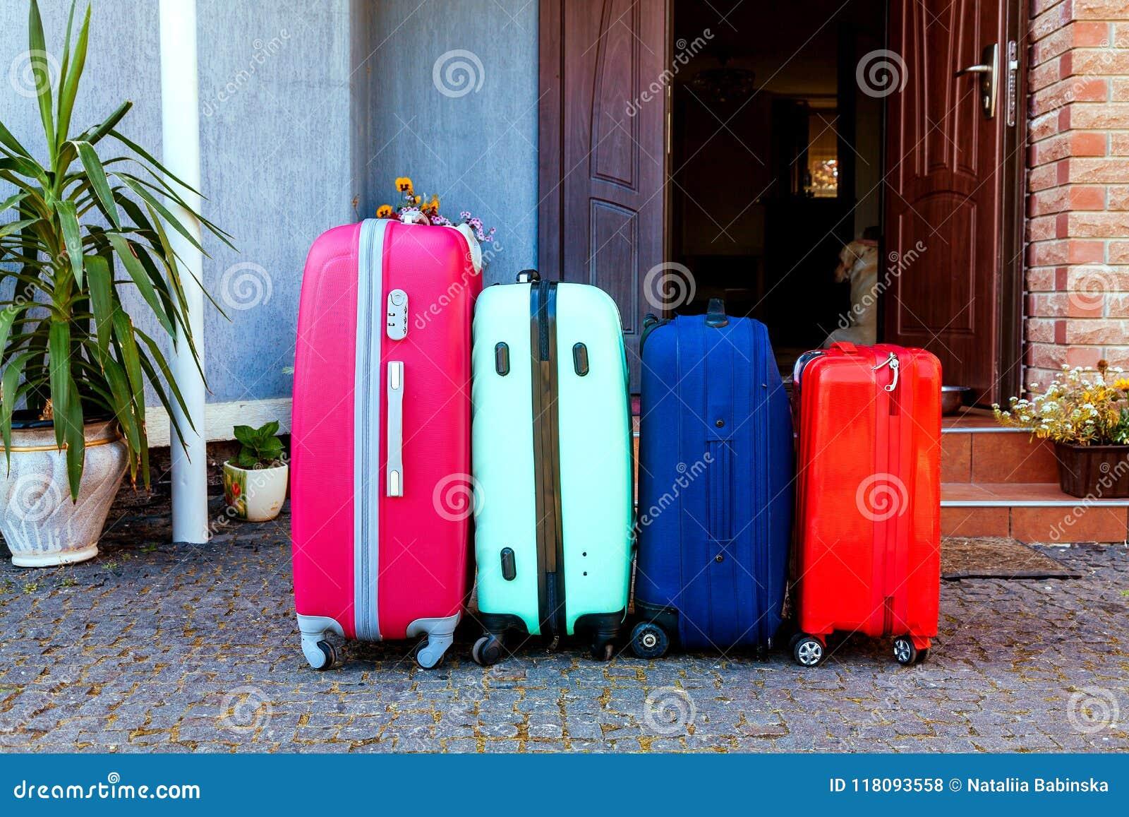 Le feste pronte rosa arancioni blu dell automobile di famiglia dei bagagli dell estate del sole della casa del bagaglio piantano