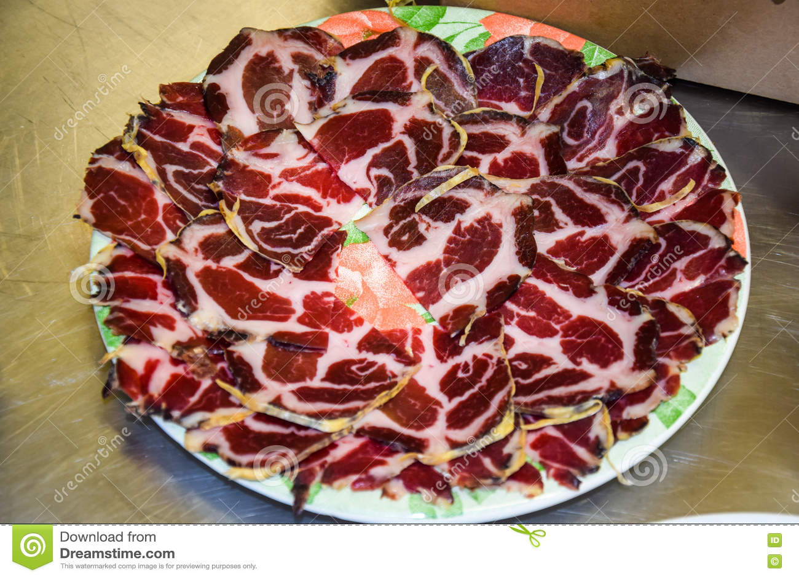 Le fette del bacon su un piatto