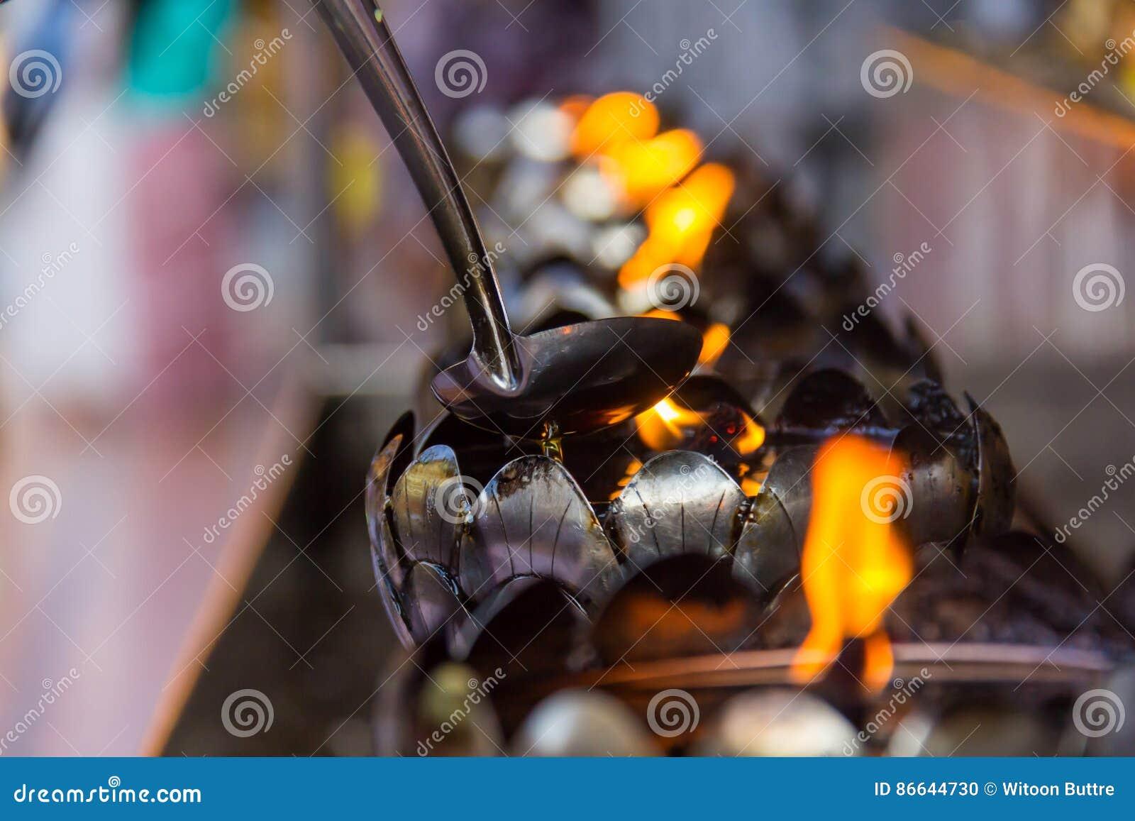 Le feu dans la lampe de fer