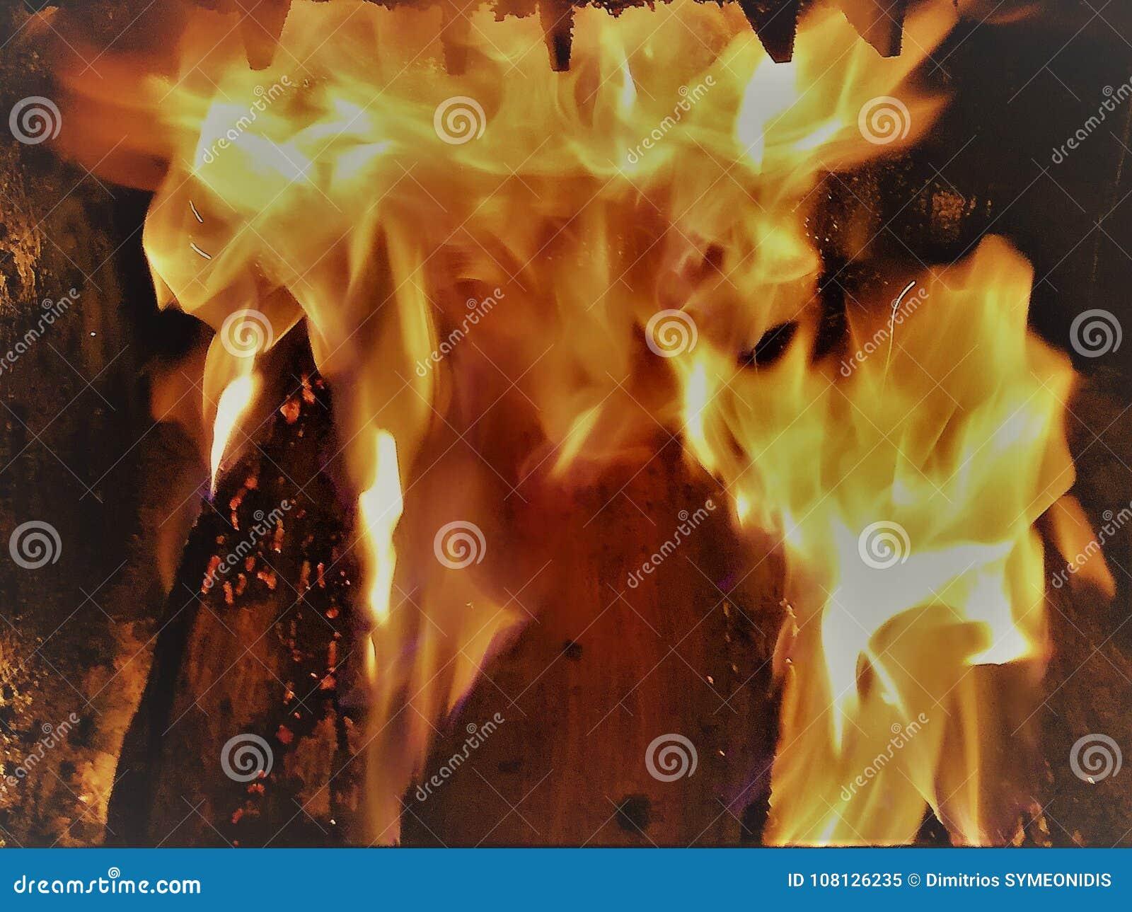 Le feu dans une chaudière en bois