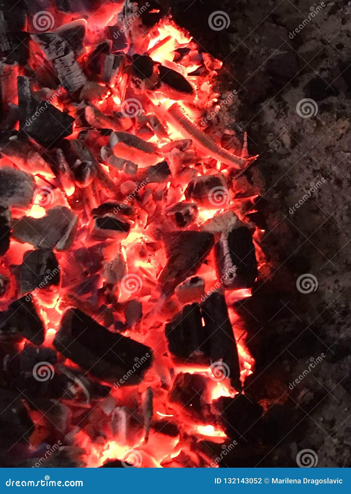 Le feu de combustion lente de charbon pendant la nuit