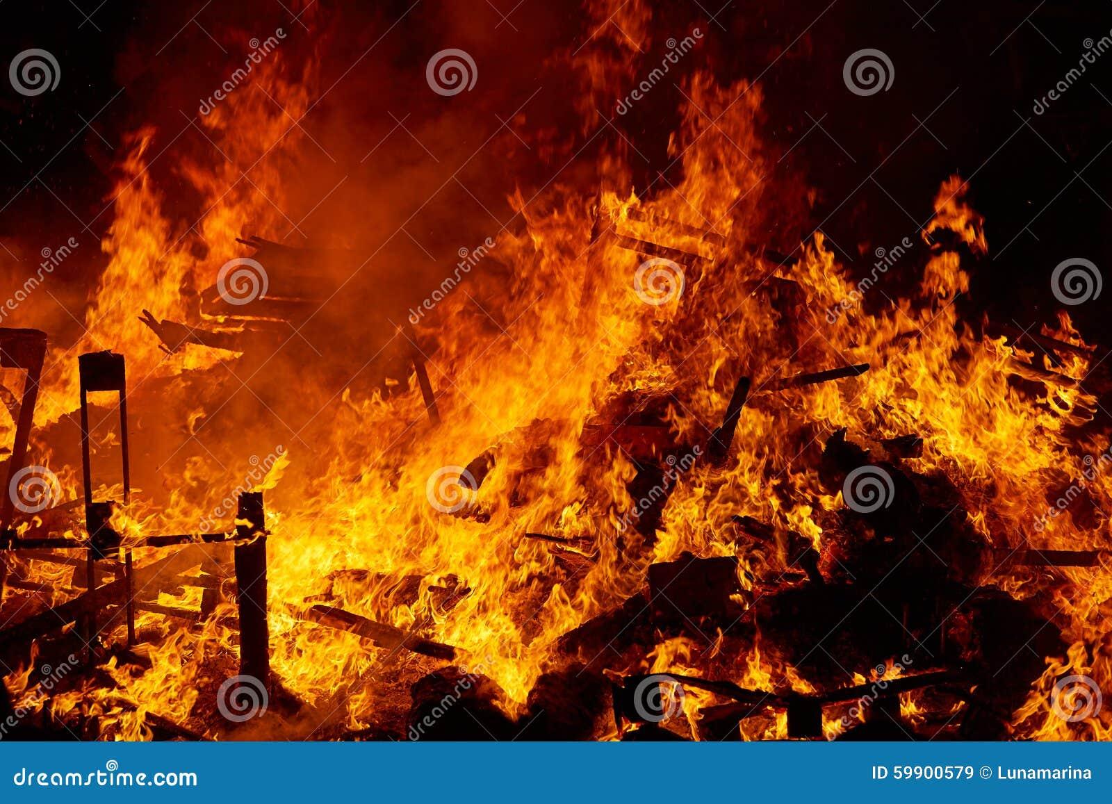 Le feu de Fallas brûlant dans le fest de Valence au 19 mars