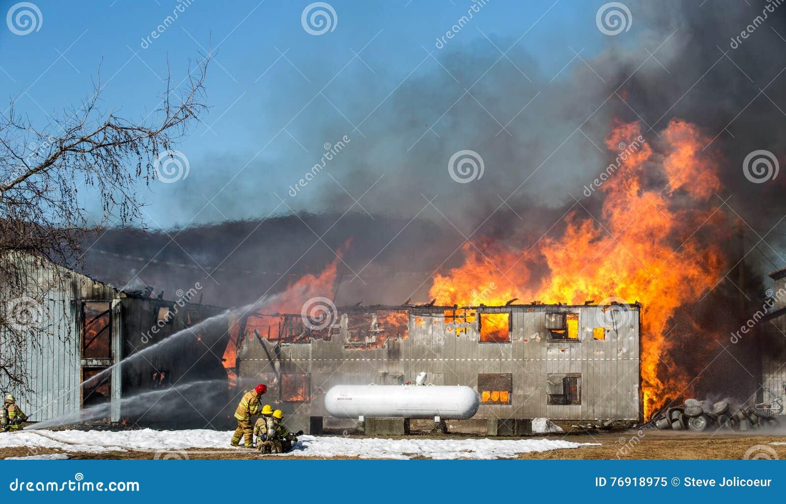 Le feu de ferme d oeufs Grange de flambage de bataille de sapeurs-pompiers