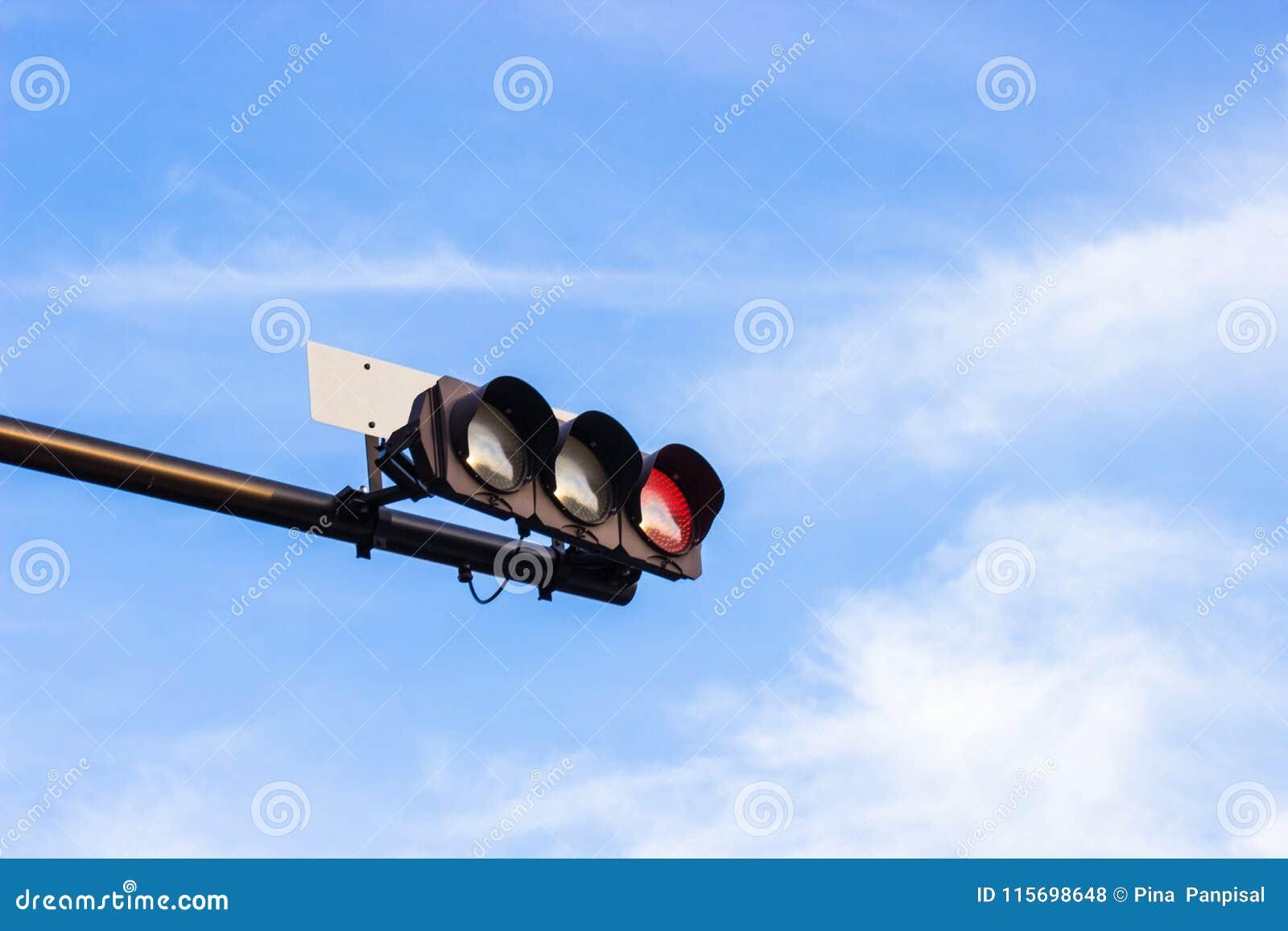 Le feu de signalisation rouge signale au Japon avec le backgrou lumineux de ciel bleu